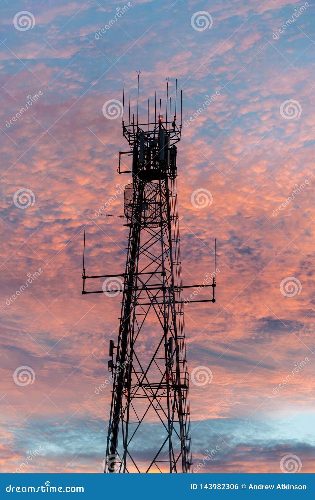 Radio en televisie-omroep communicatie toren in Bliksemrand die terug door een roze zonsondergang wordt aangestoken