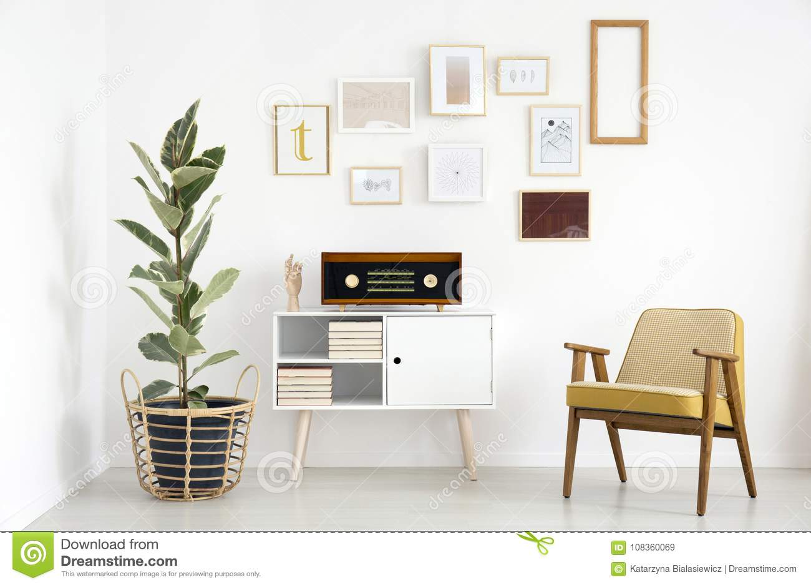 Radio in retro woonkamer stock afbeelding. Afbeelding bestaande uit ...