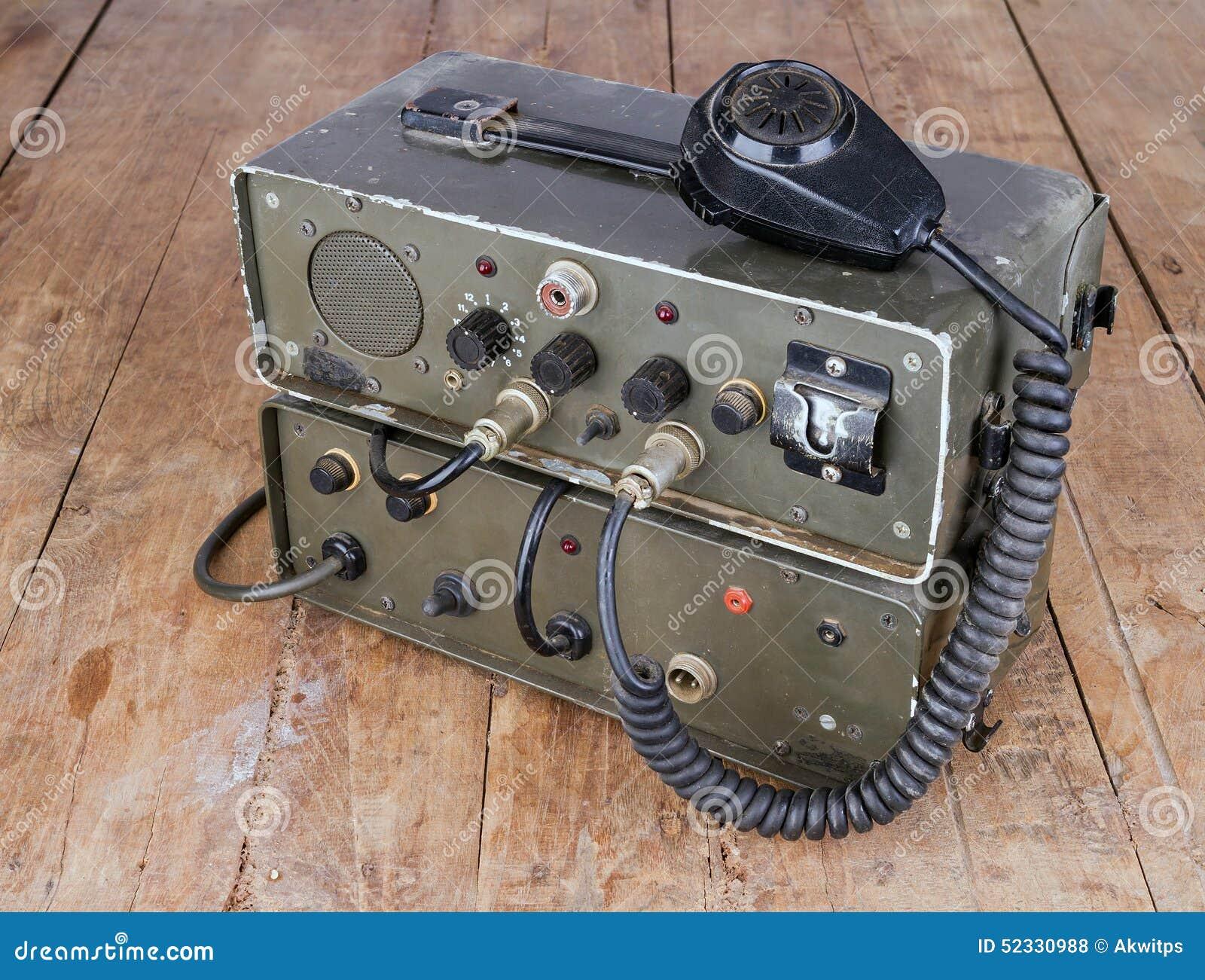 Radioamador amador velho na tabela de madeira