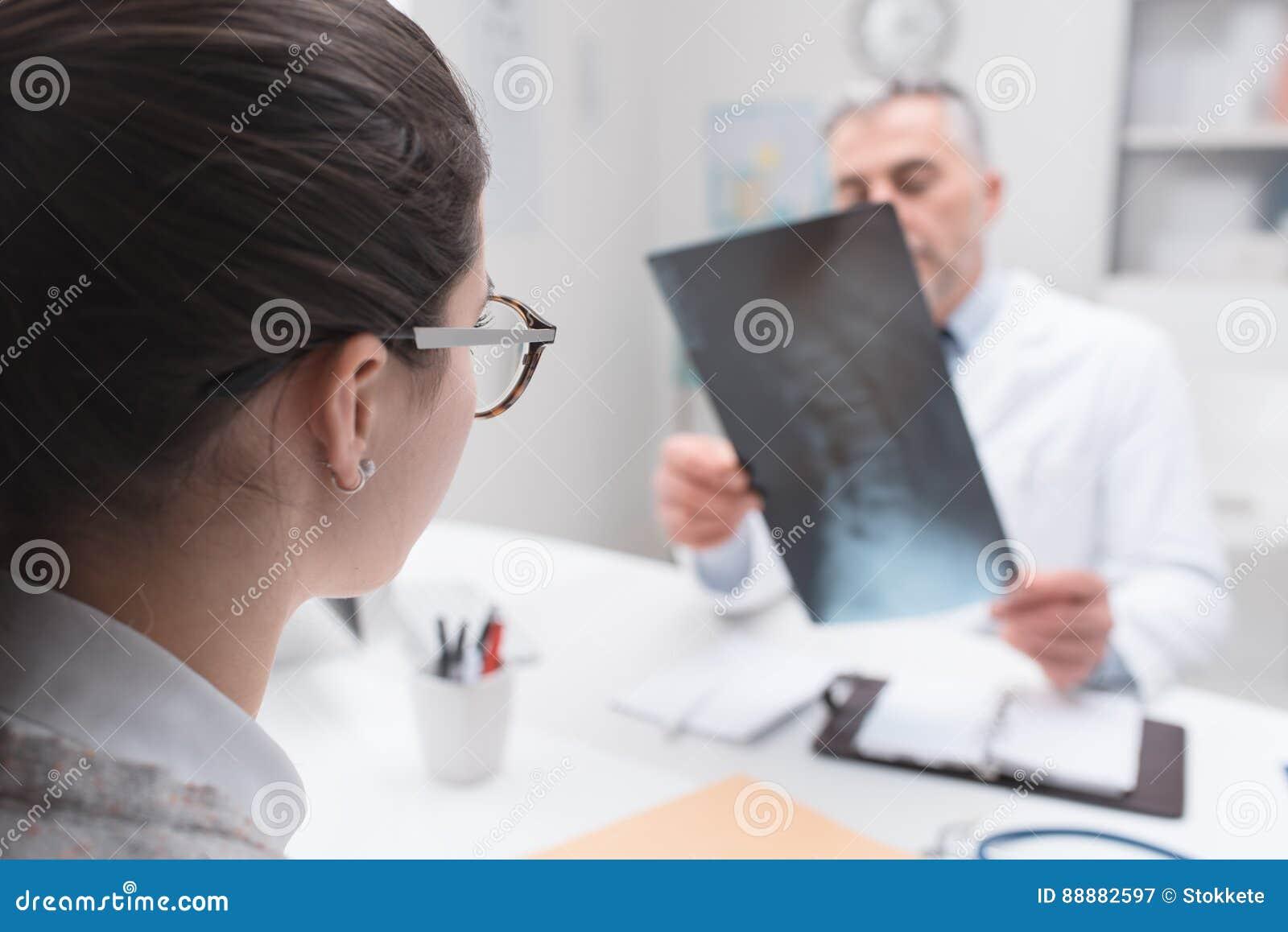 Radiolog sprawdza promieniowanie rentgenowskie wizerunek