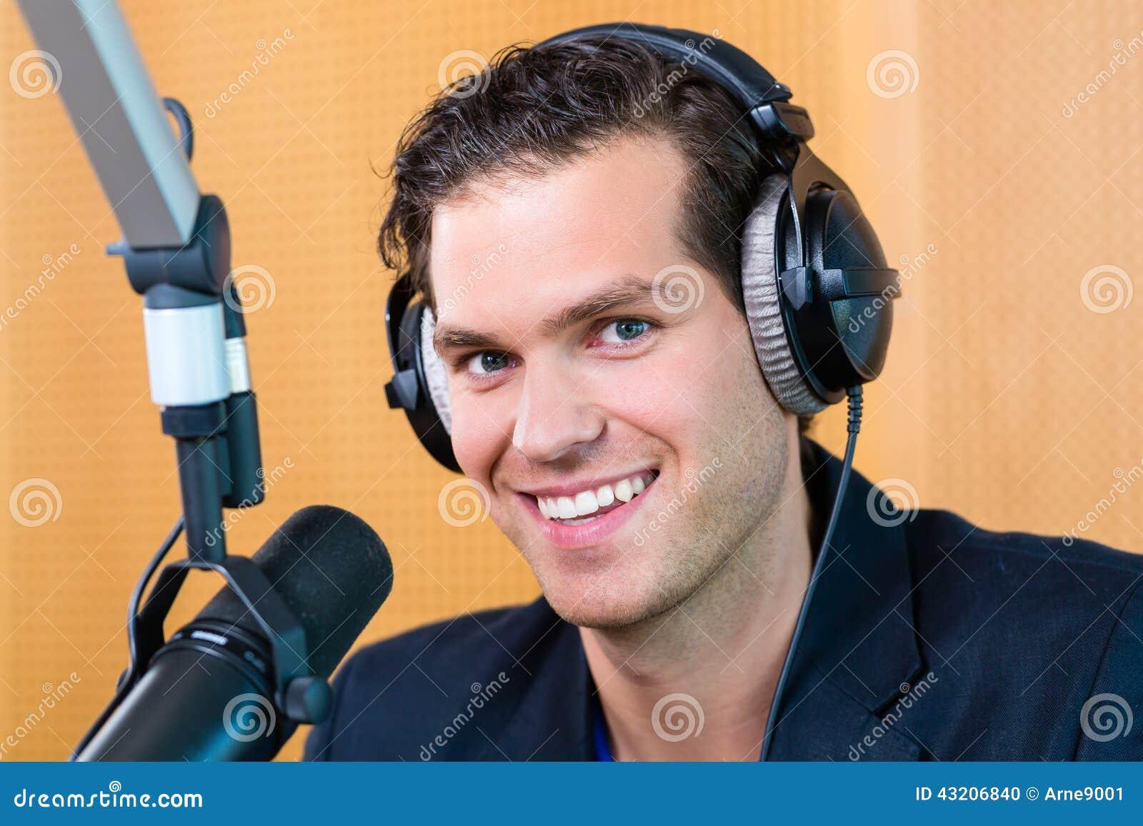 Download Radiopresentatör I Radiostation På Luft Arkivfoto - Bild av underhållning, station: 43206840