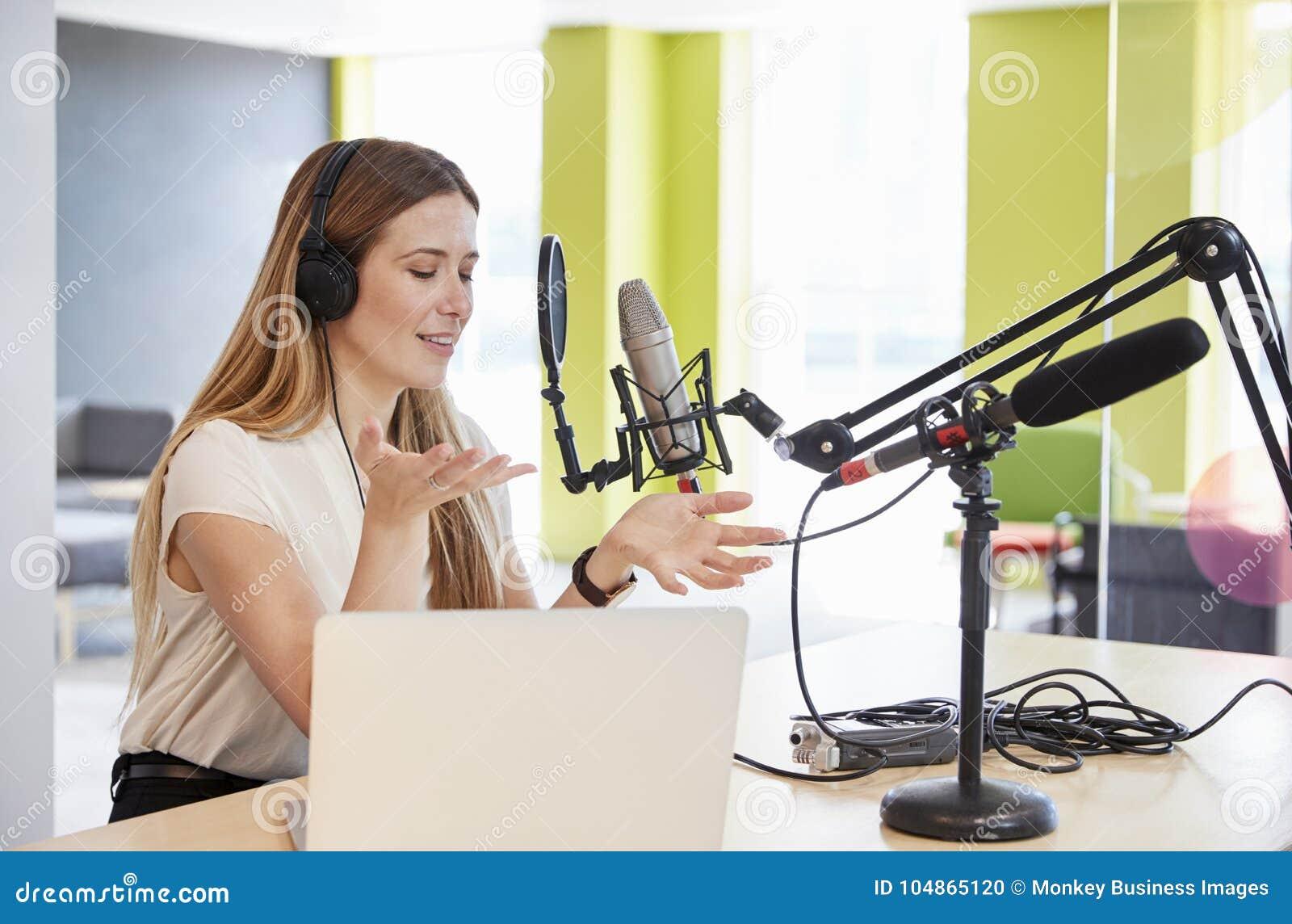 Radioutsändning för ung kvinna i en studio som gör en gest, nära övre