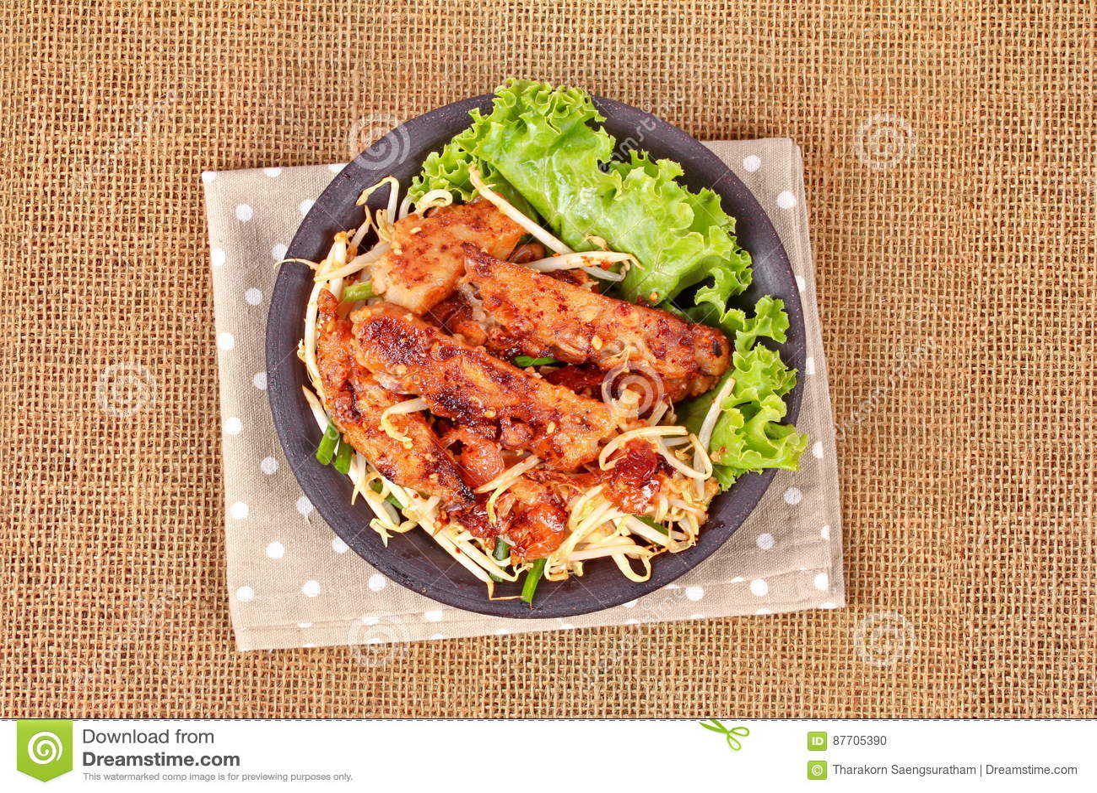 Radis râpé cuit à la vapeur frit avec des pousses d échalote et de haricot