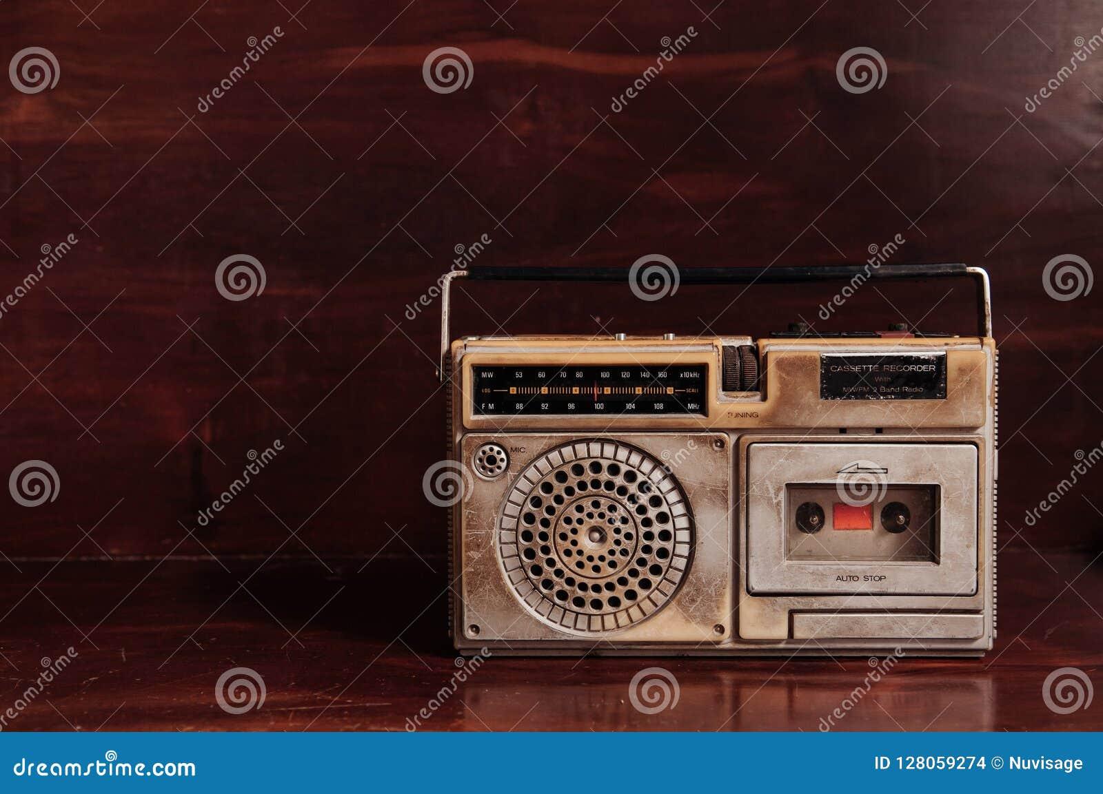 Radito rústico do transistor do vintage velho com gravador de cassetes