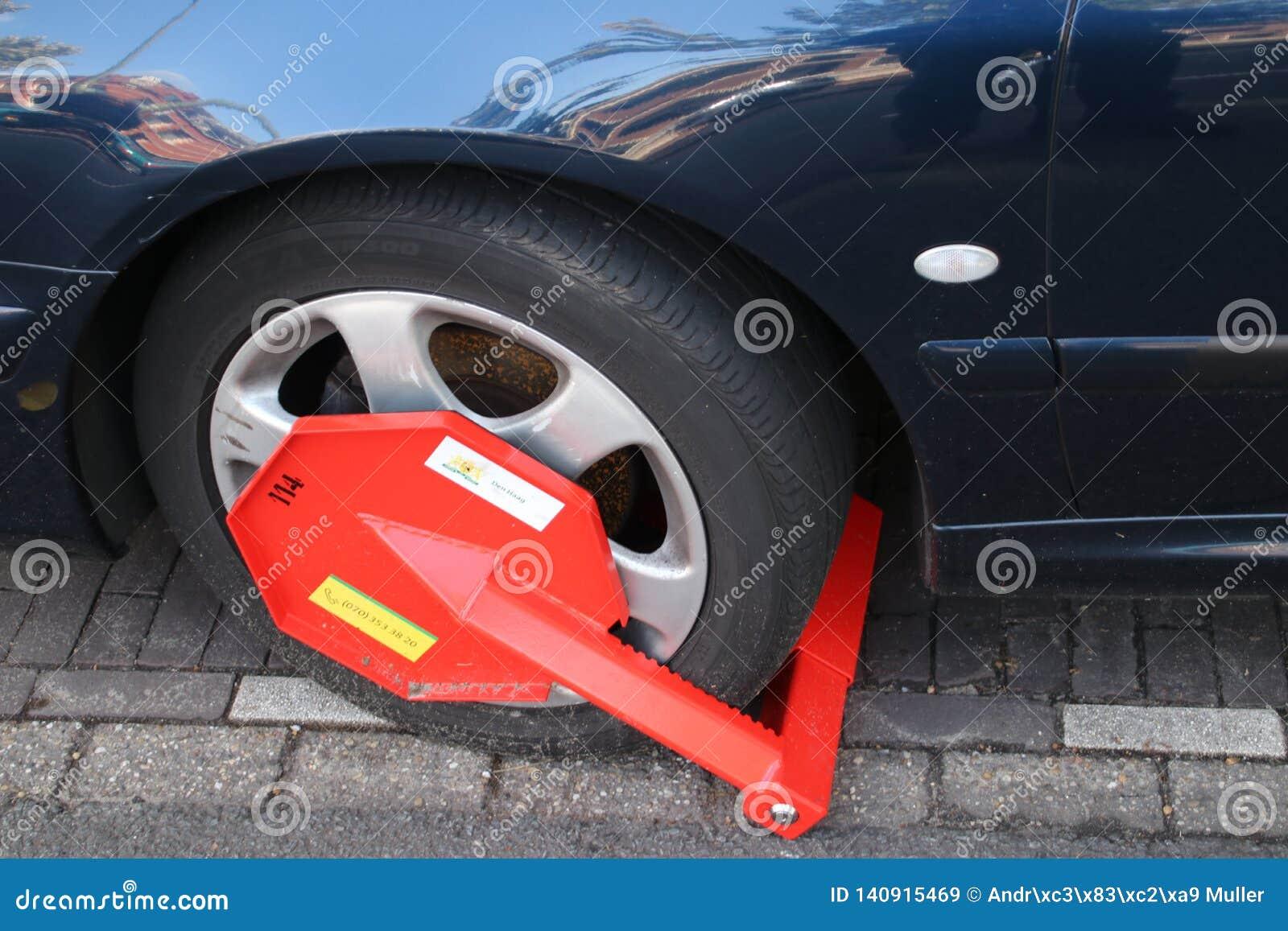 Radkralle auf dem Auto und wird, wenn der Geldstrafe, zu parken in Den Haag zahlend ist, die Niederlande entfernt