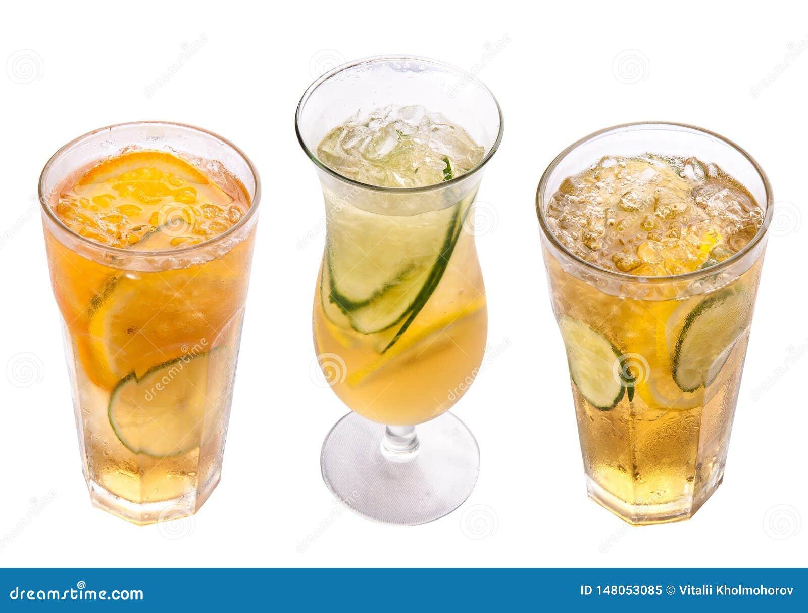 Radler Cocktail della birra con succo Vetri su una priorit? bassa bianca