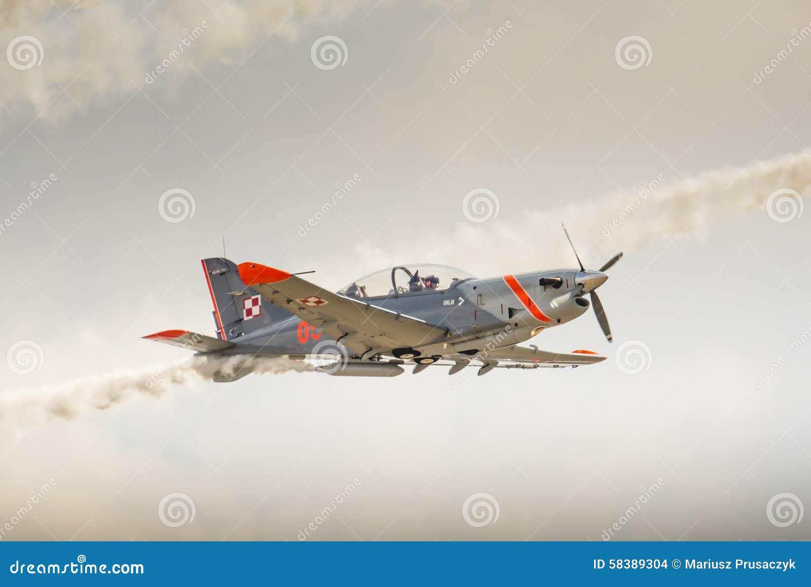 RADOM, POLÔNIA - 23 DE AGOSTO: Equipe aerobatic da exposição de Orlik (Polônia)