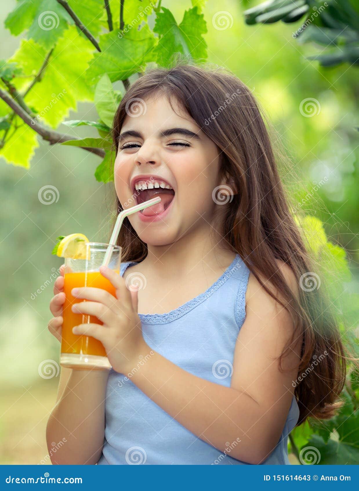 Radosna dziewczyna pije sok