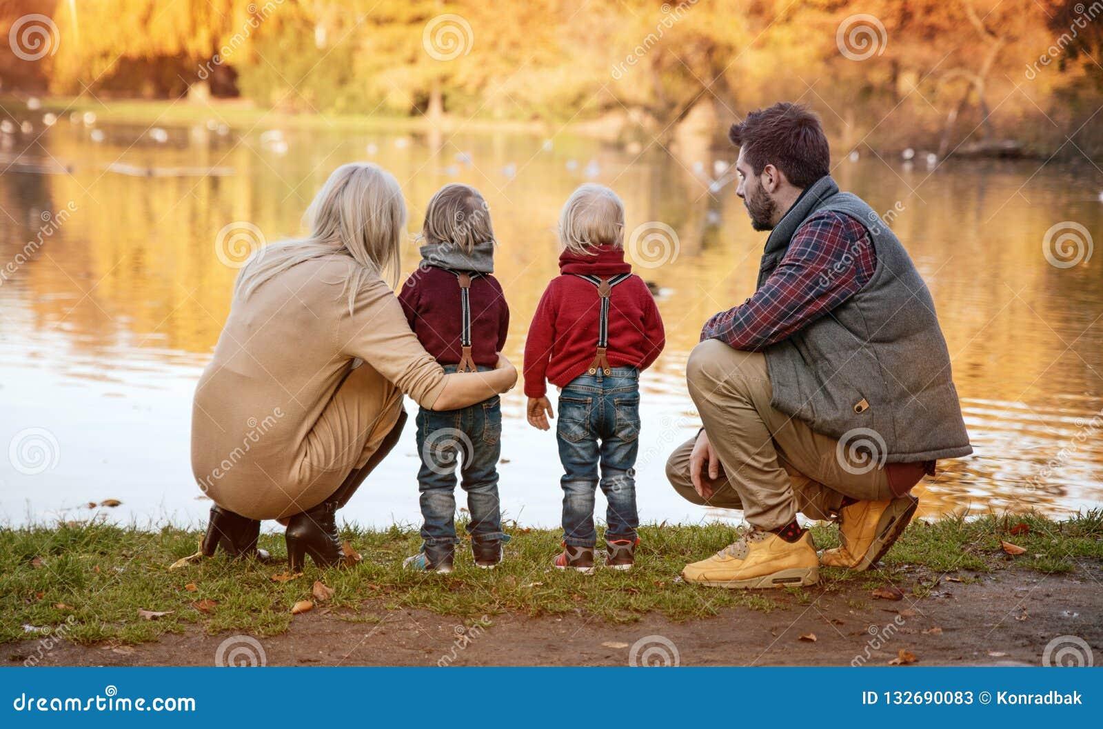 Radosna rodzina cieszy się wielką, jesienną pogodę,