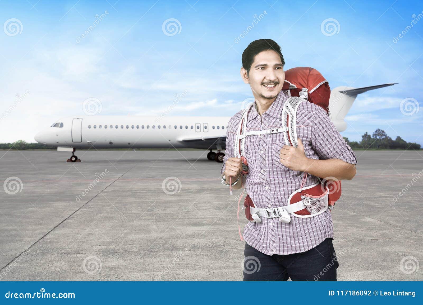 Radosnego azjatykciego backpacker iść podróżować