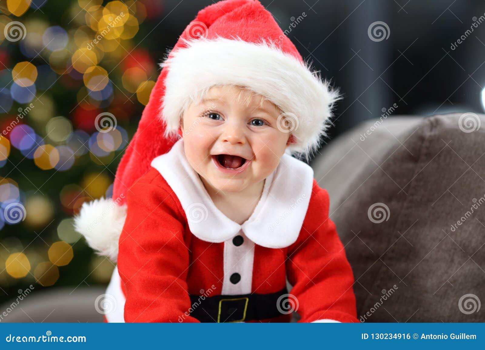 Radosny dziecko jest ubranym Santa przebranie w bożych narodzeniach