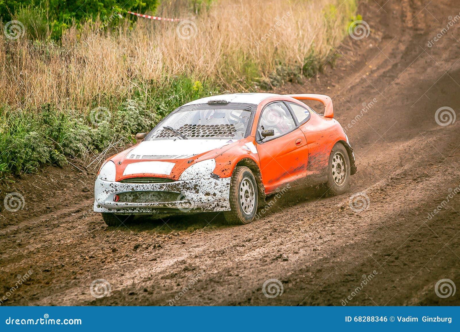 Raduni la corsa di automobile