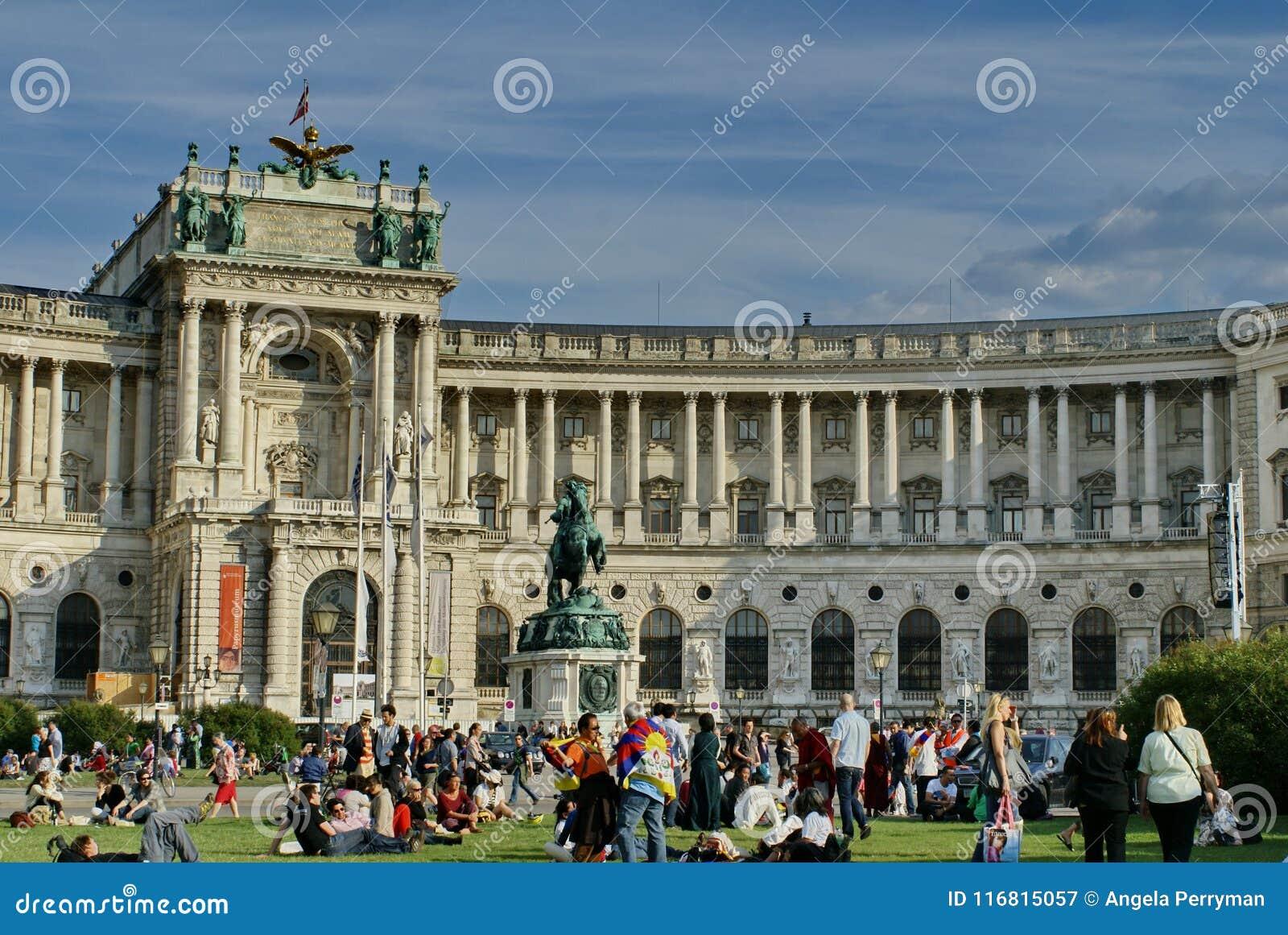 Raduno davanti al palazzo di Hofburg