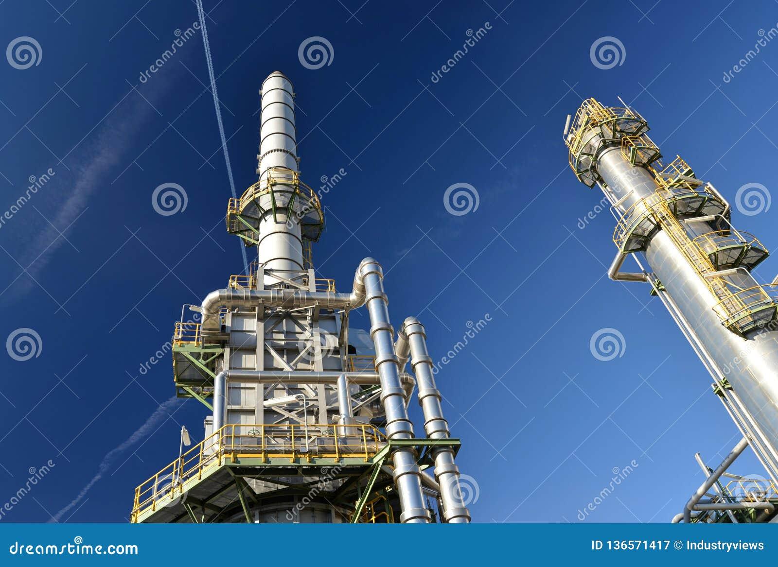 Raffinaderij voor de productie van brandstof - architectuur en gebouwen van een industrieel complex