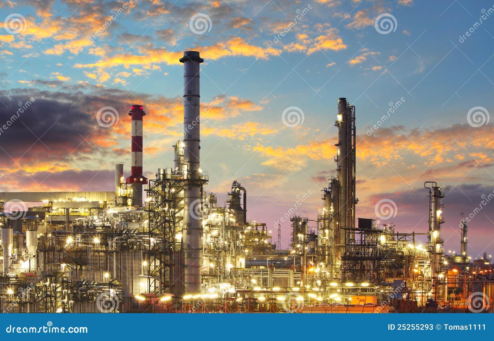Raffineria del gas e del petrolio a penombra