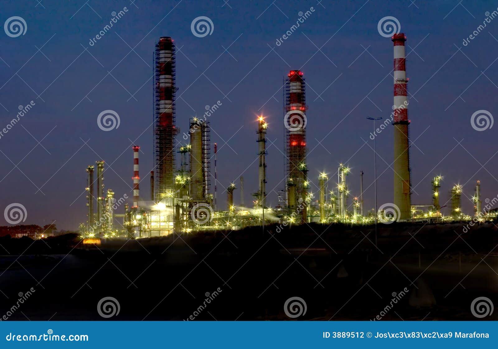 Raffineria di notte
