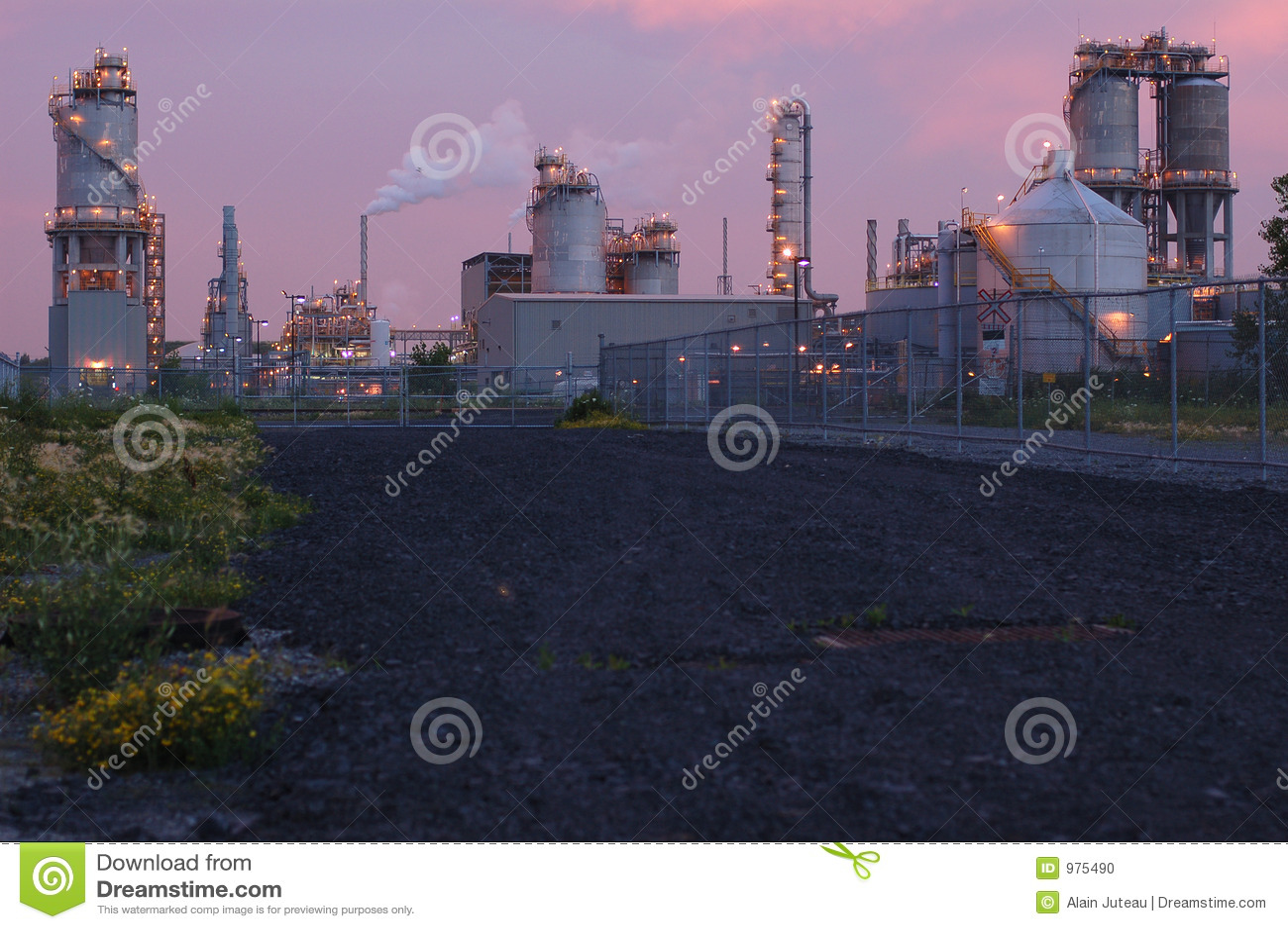 Raffinerie la nuit à Montréal (version rose)