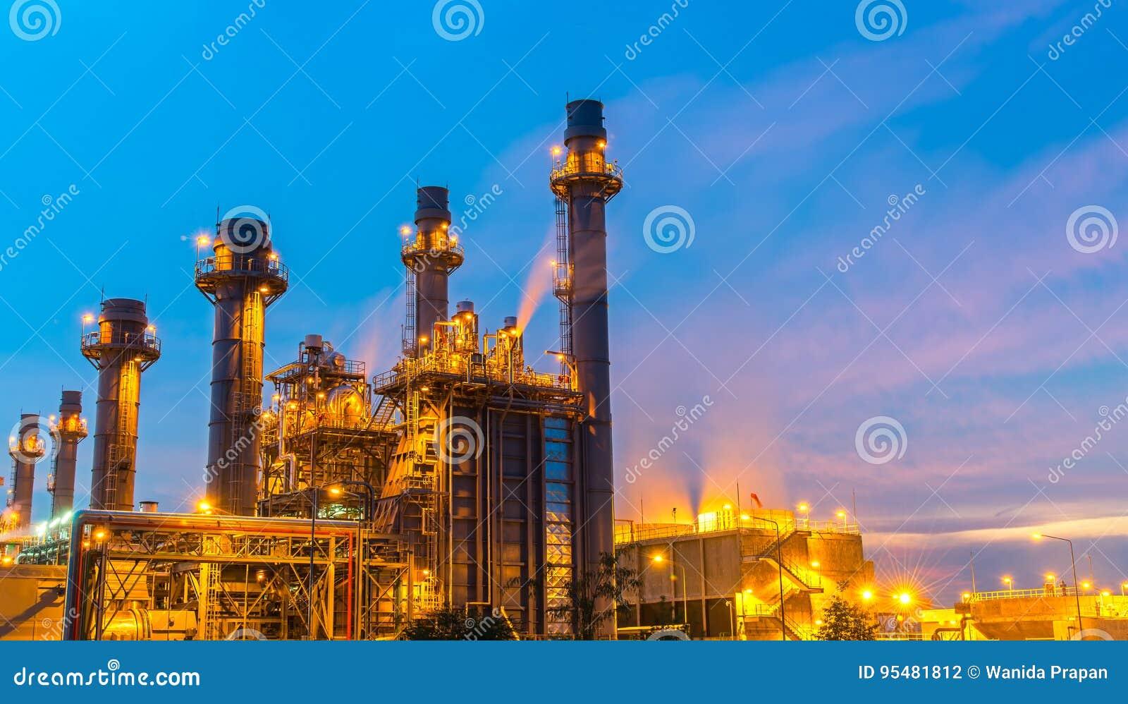 Rafinerii ropy naftowej roślina przy zmierzchem z nieba tłem