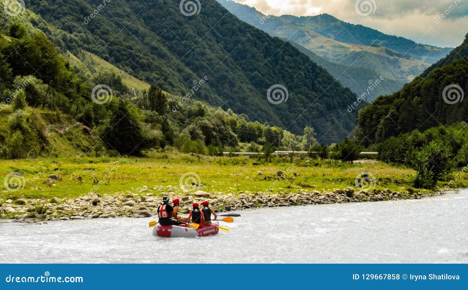 Rafting σε έναν ποταμό βουνών ακραίος αθλητισμός