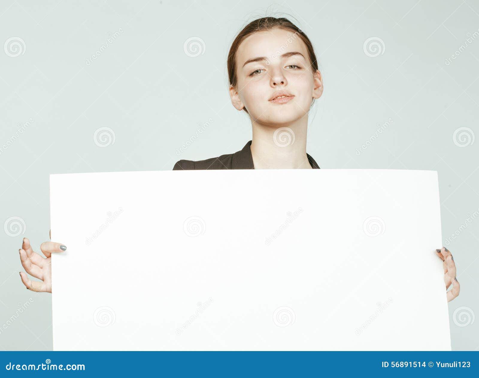 Ragazza abbastanza castana dei giovani con il cartello su bianco
