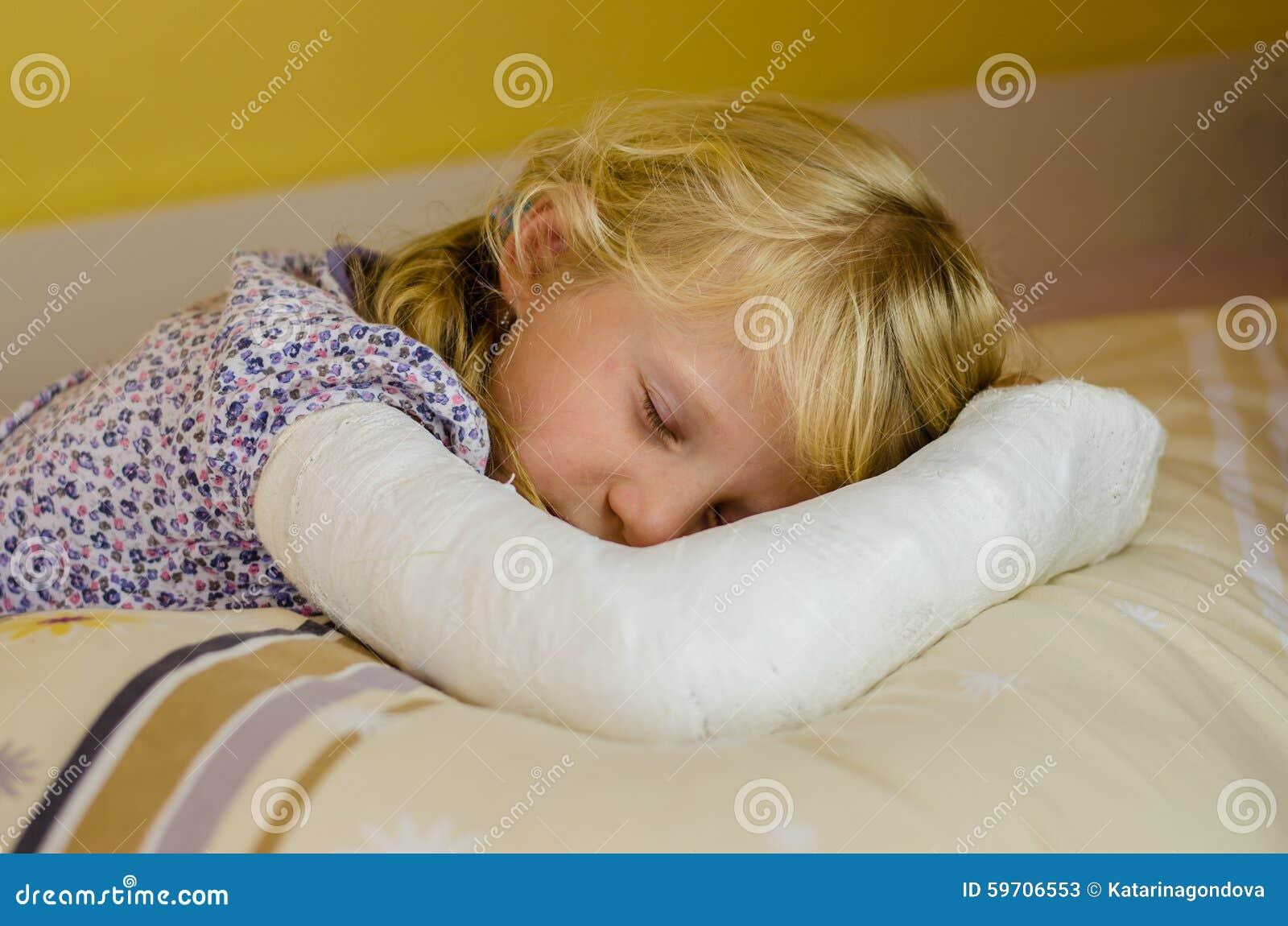 Ragazza addormentata con la fasciatura