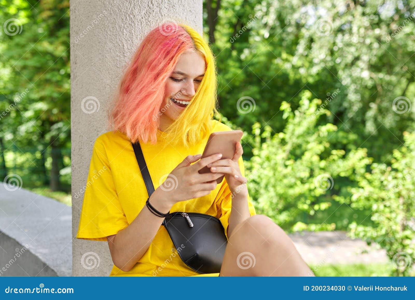 Ragazza Adolescente Con I Capelli Colorati Tinti Con Uno ...