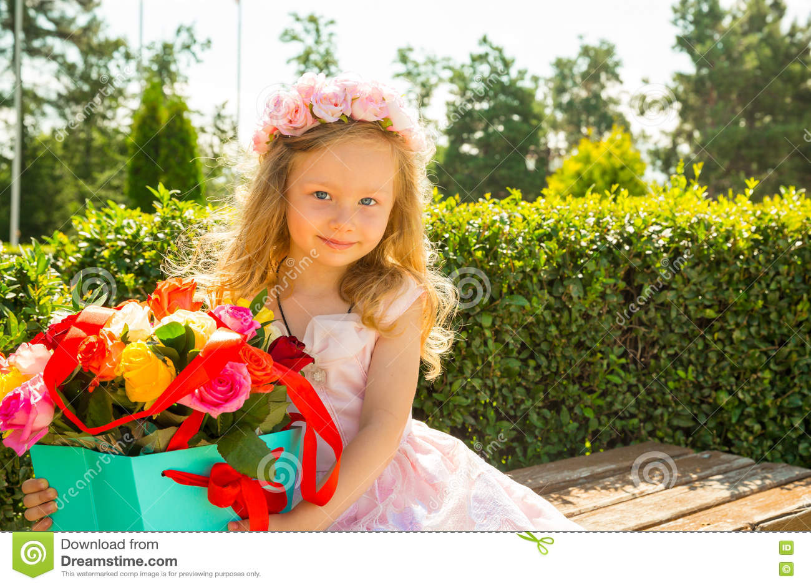 Ragazza Adorabile Del Piccolo Bambino Con Il Mazzo Dei Fiori