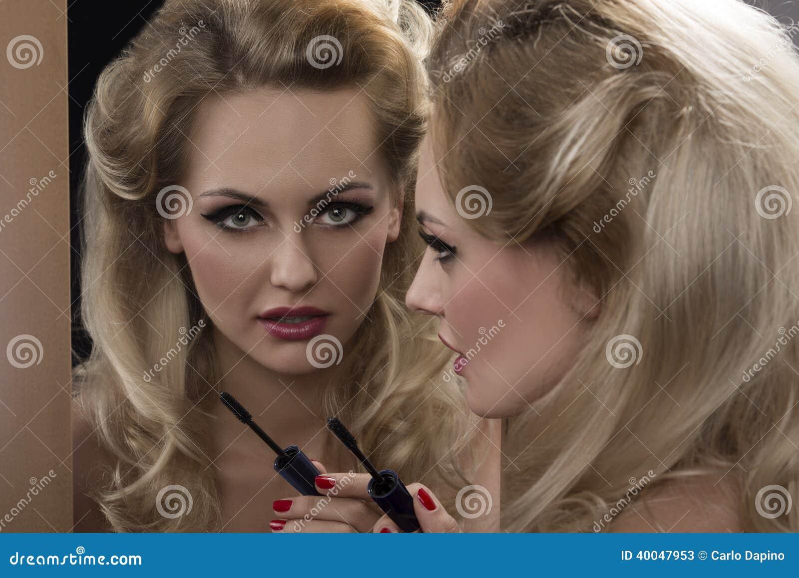 Ragazza affascinante davanti allo specchio fotografia - Ragazza davanti allo specchio ...
