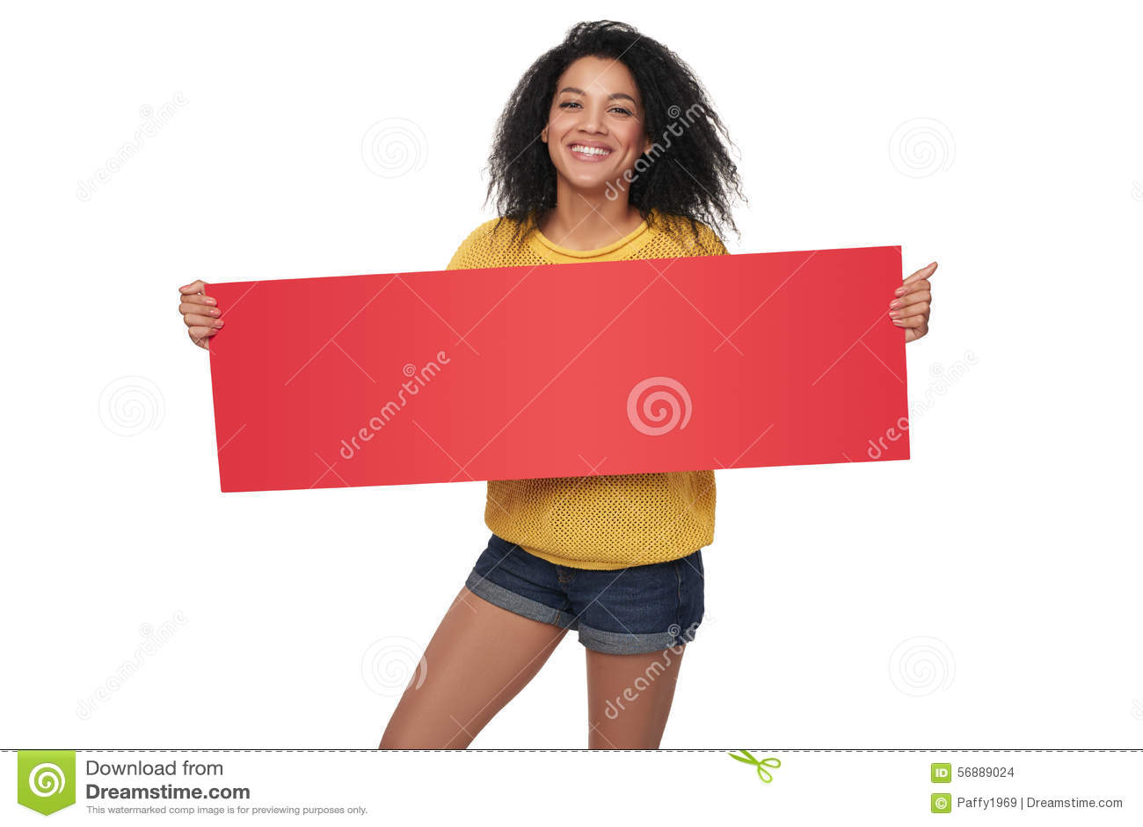 Ragazza afroamericana felice che mostra insegna in bianco
