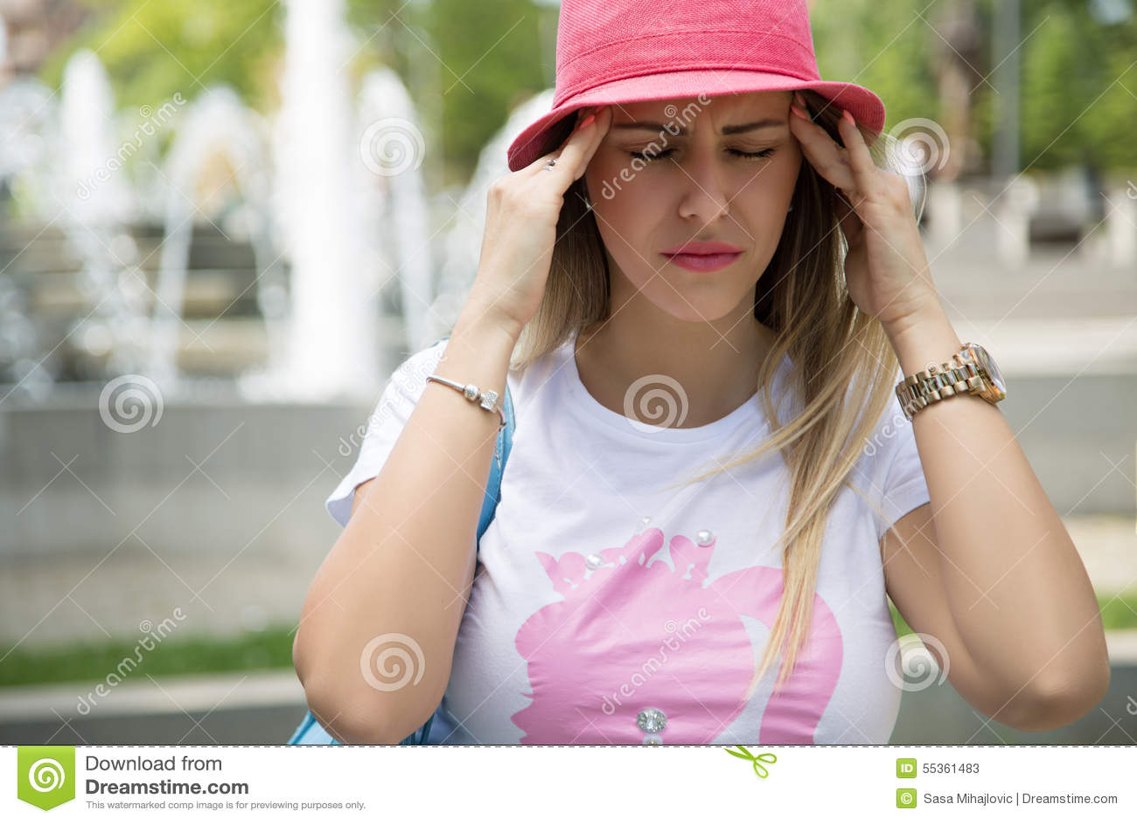 Ragazza alla moda che ha cattiva emicrania