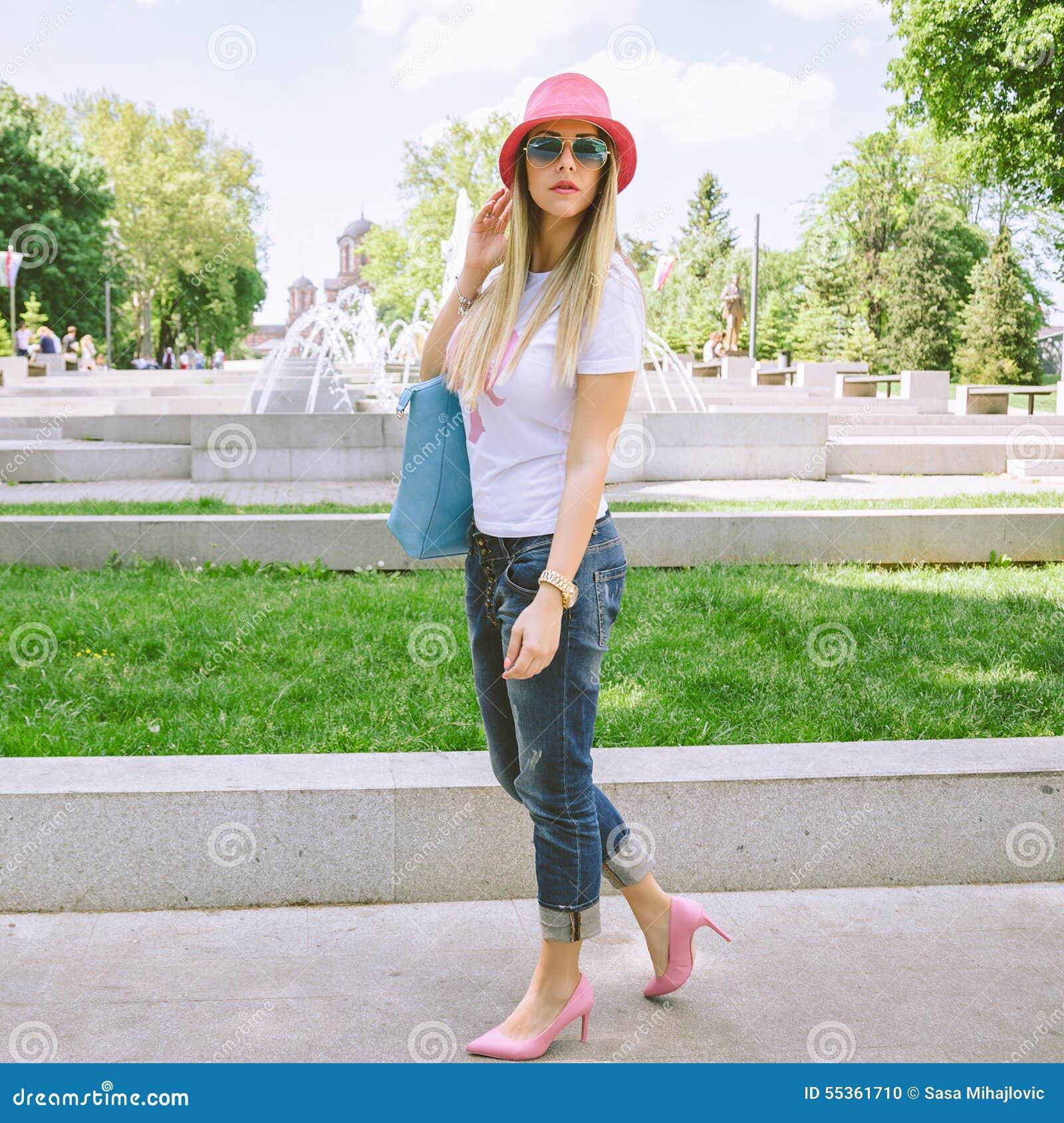 Ragazza alla moda che posa nel parco