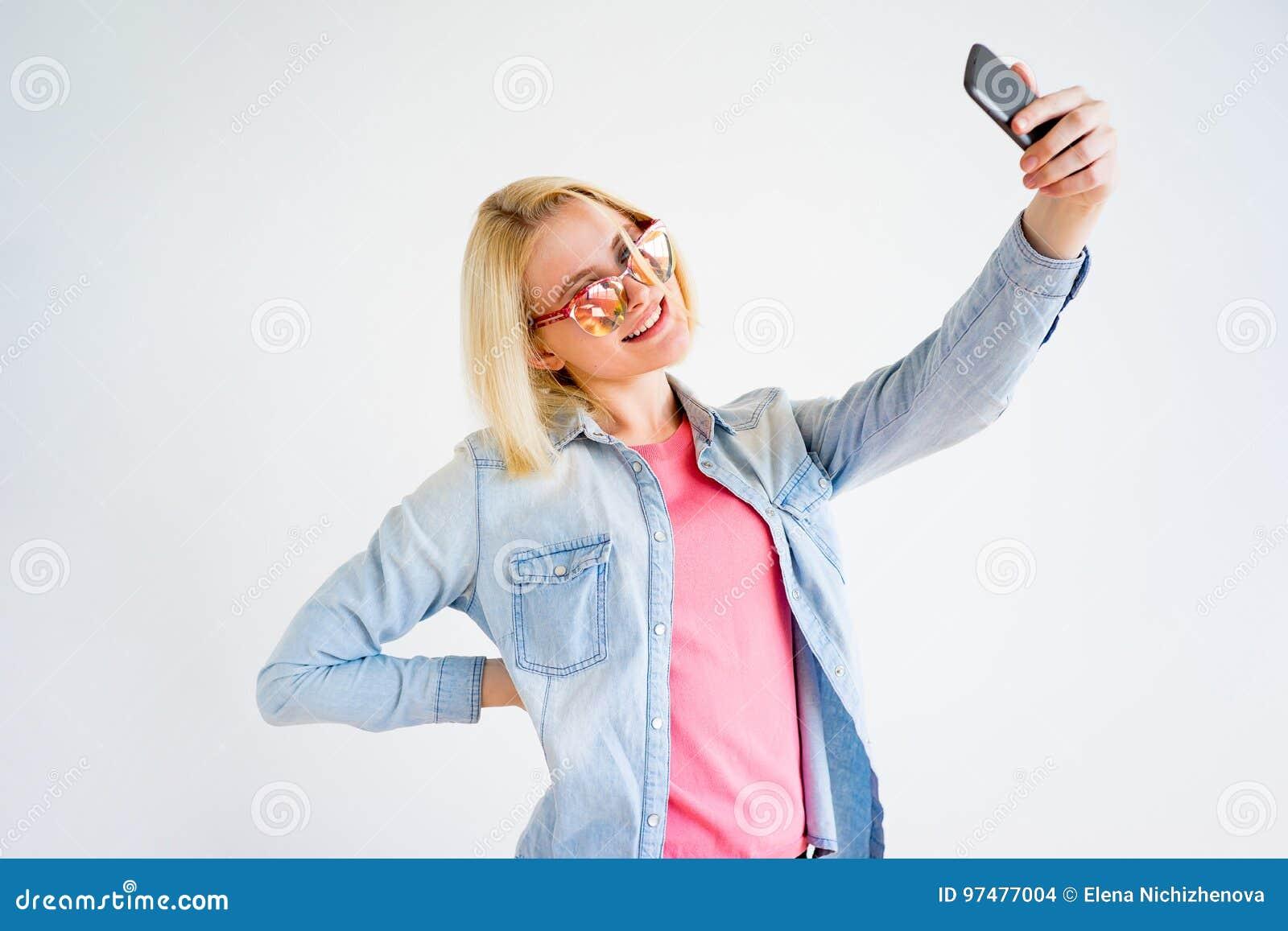 Ragazza alla moda che prende selfie