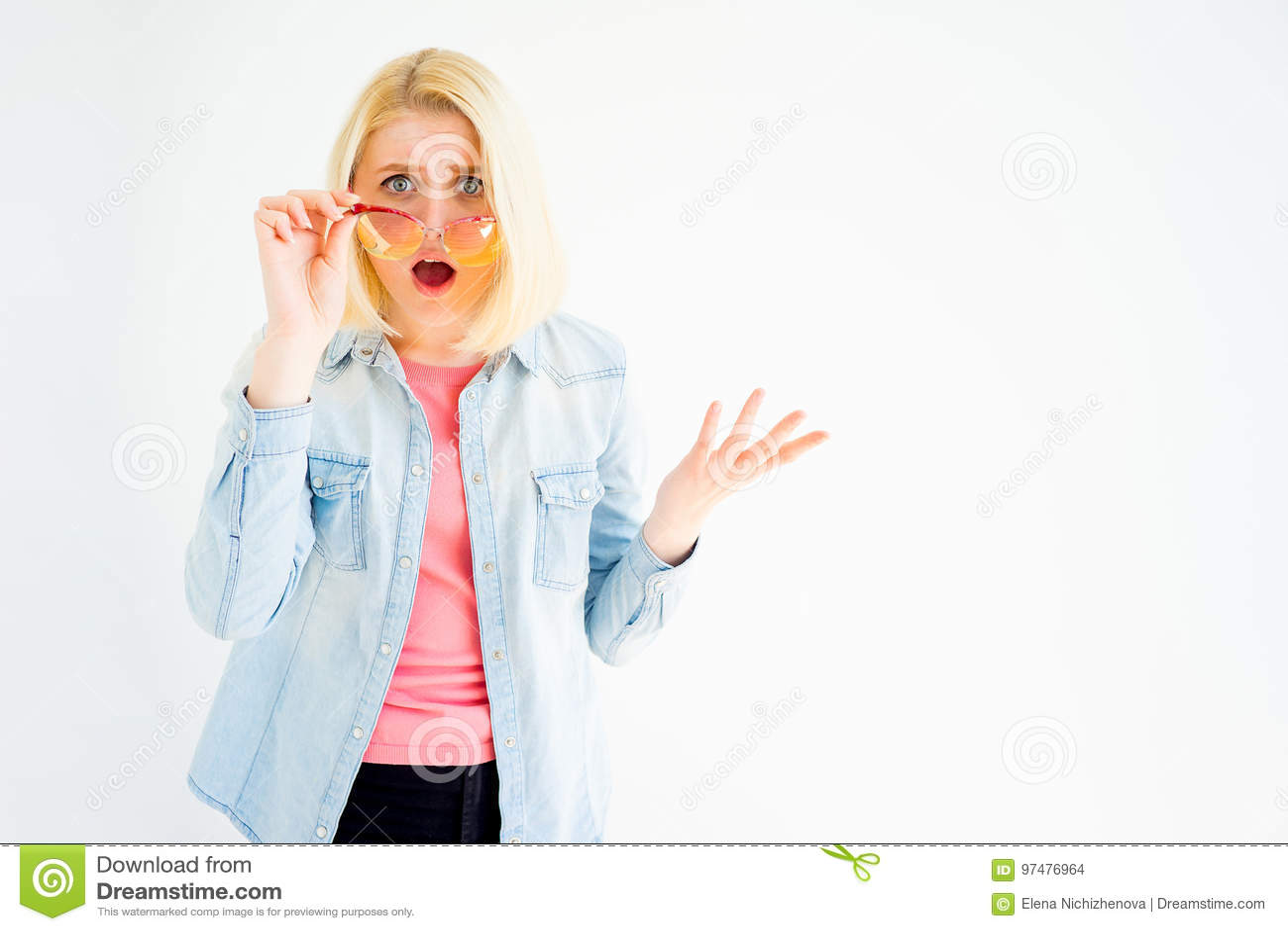 Ragazza alla moda in occhiali da sole