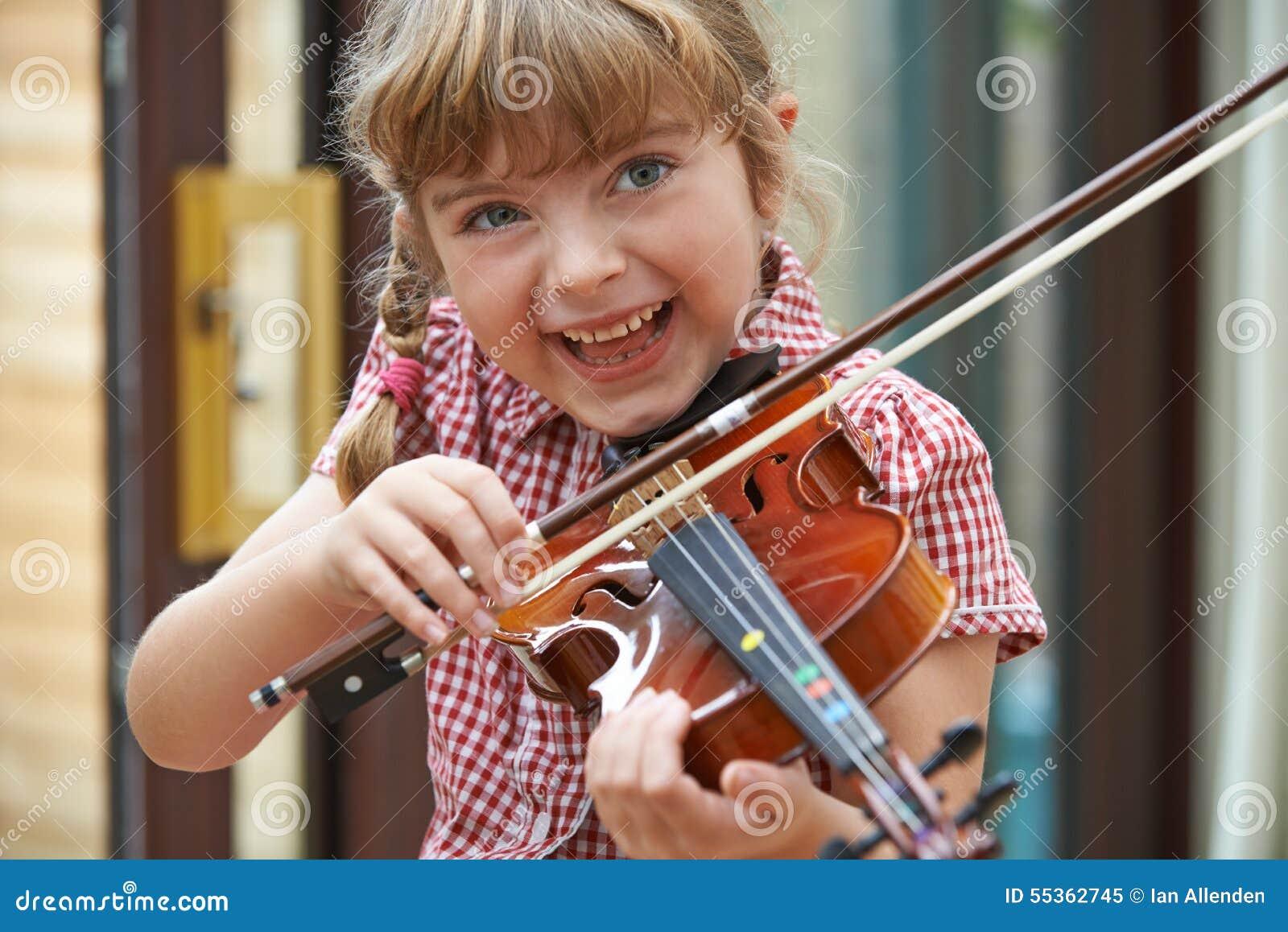 Ragazza alla scuola che impara giocare violino