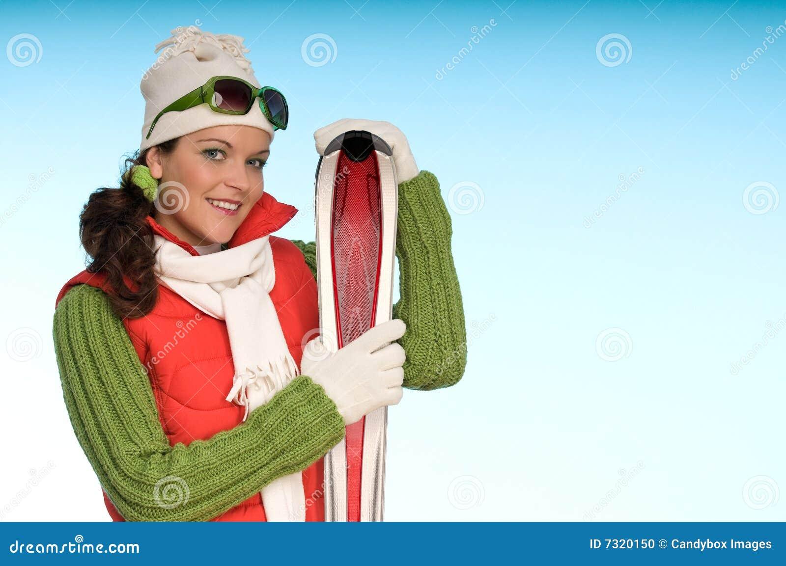 Ragazza allegra di modo pronta per lo sport di inverno