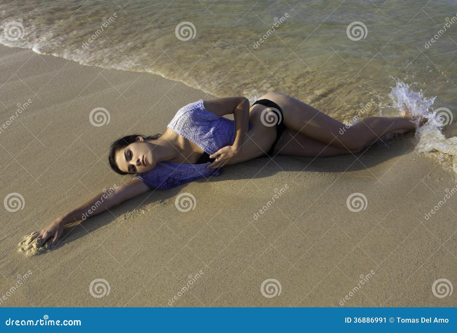 Download Ragazza Alta In Bikini Alla Spiaggia Immagine Stock - Immagine di vacanza, oceano: 36886991