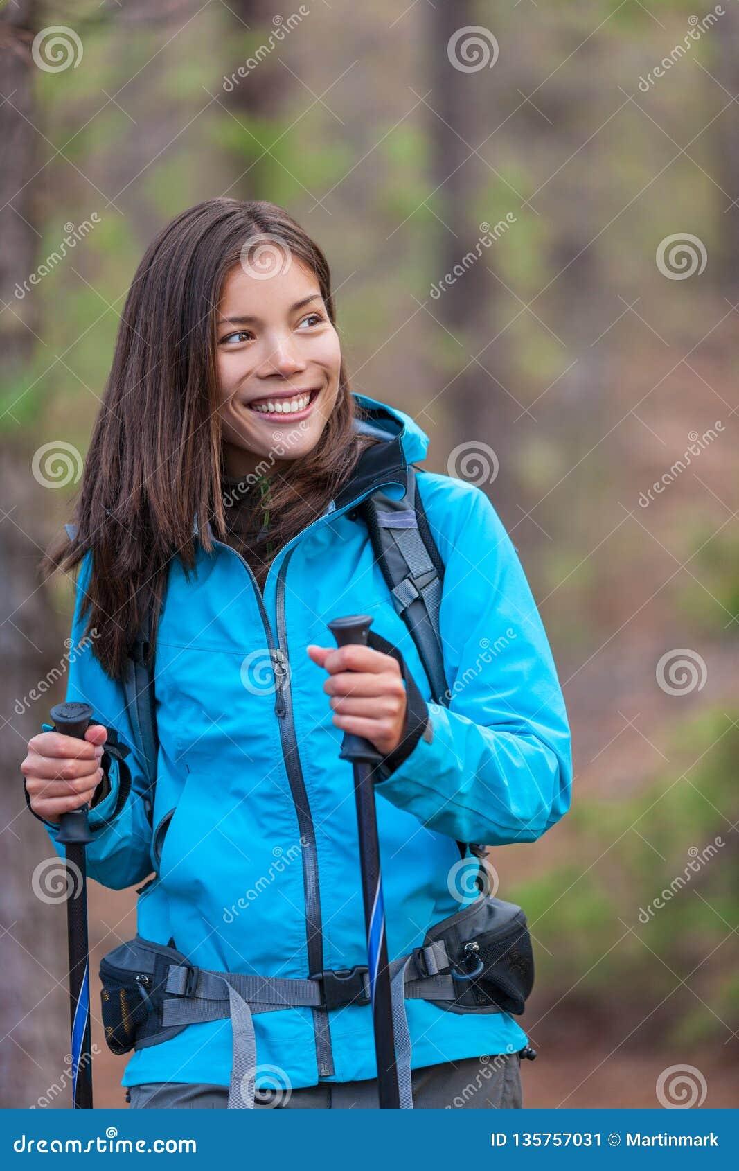 Ragazza asiatica felice della viandante nell escursione della foresta della natura