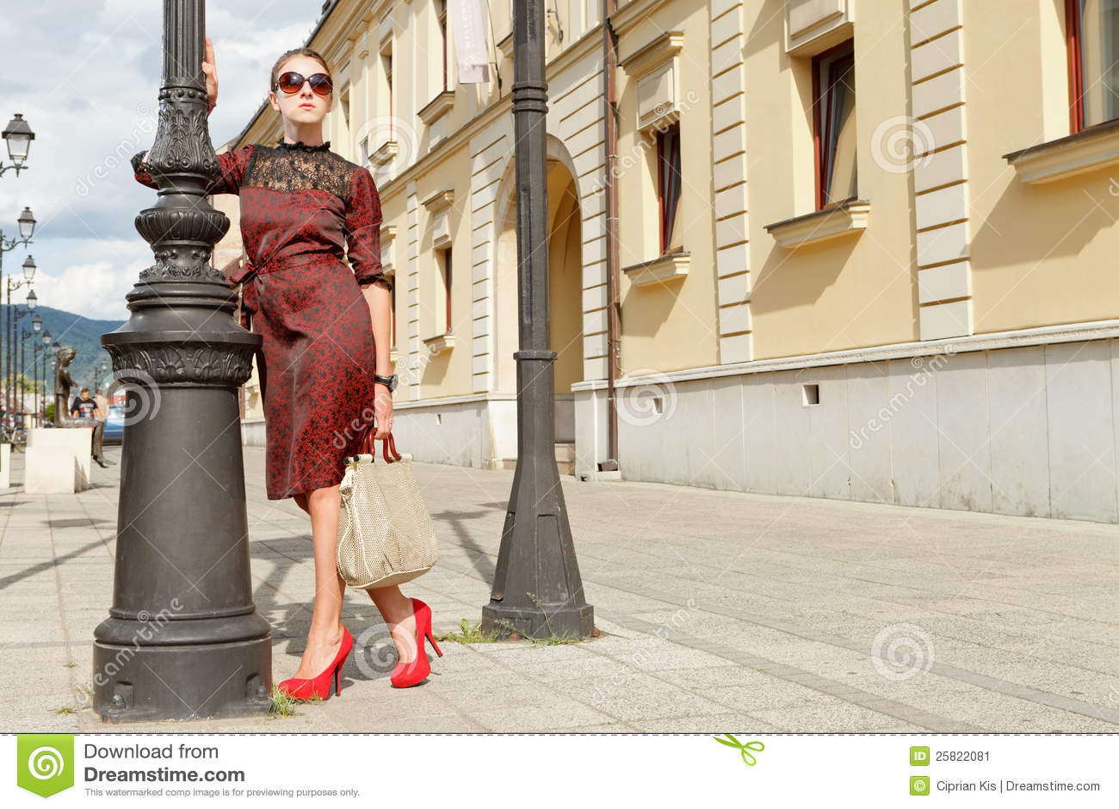 Ragazza attraente di modo in città
