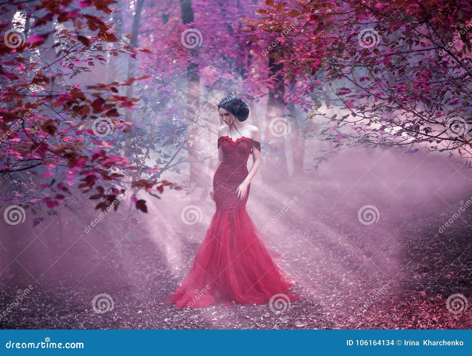 Ragazza attraente in un vestito rosa