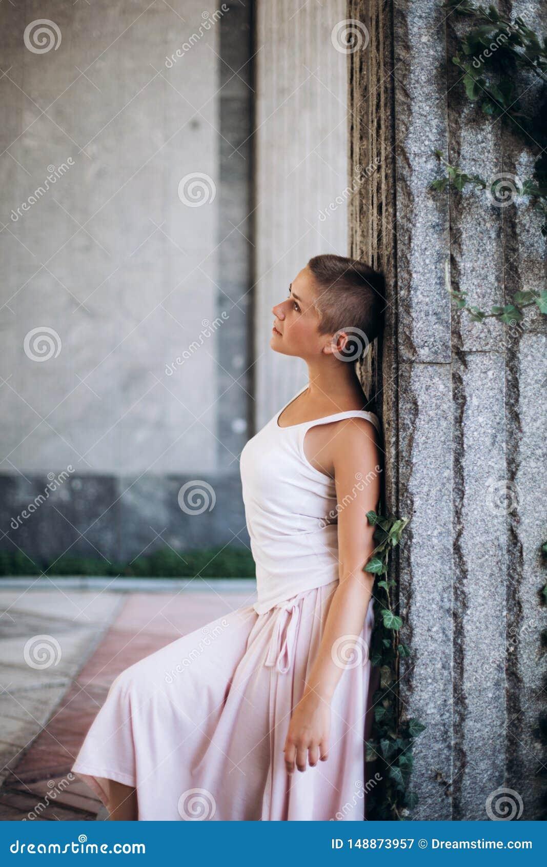 Ragazza autentica che balla a piedi nudi sulla via