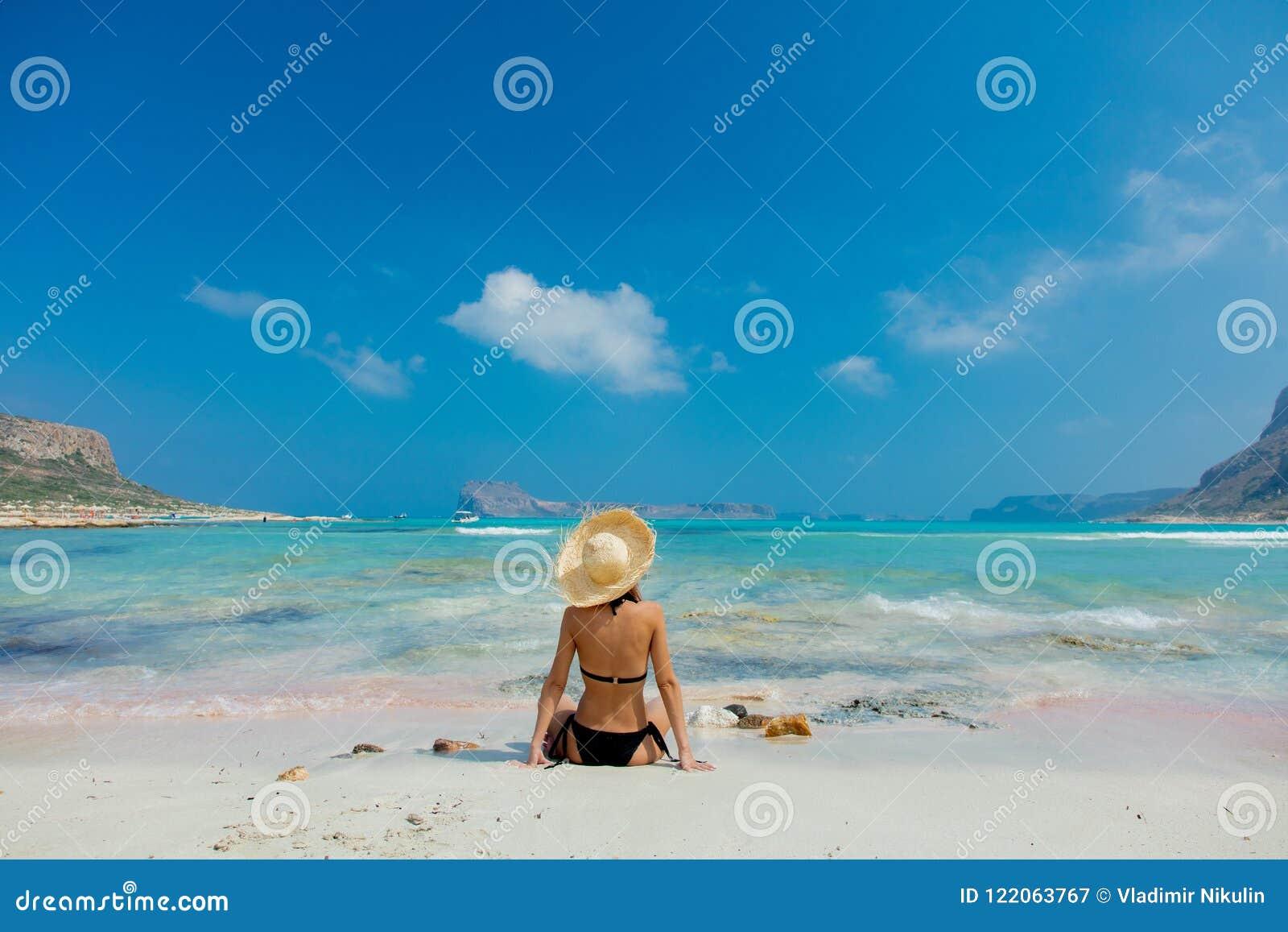 Ragazza in bikini nero e con il cappello sulla spiaggia di Balos