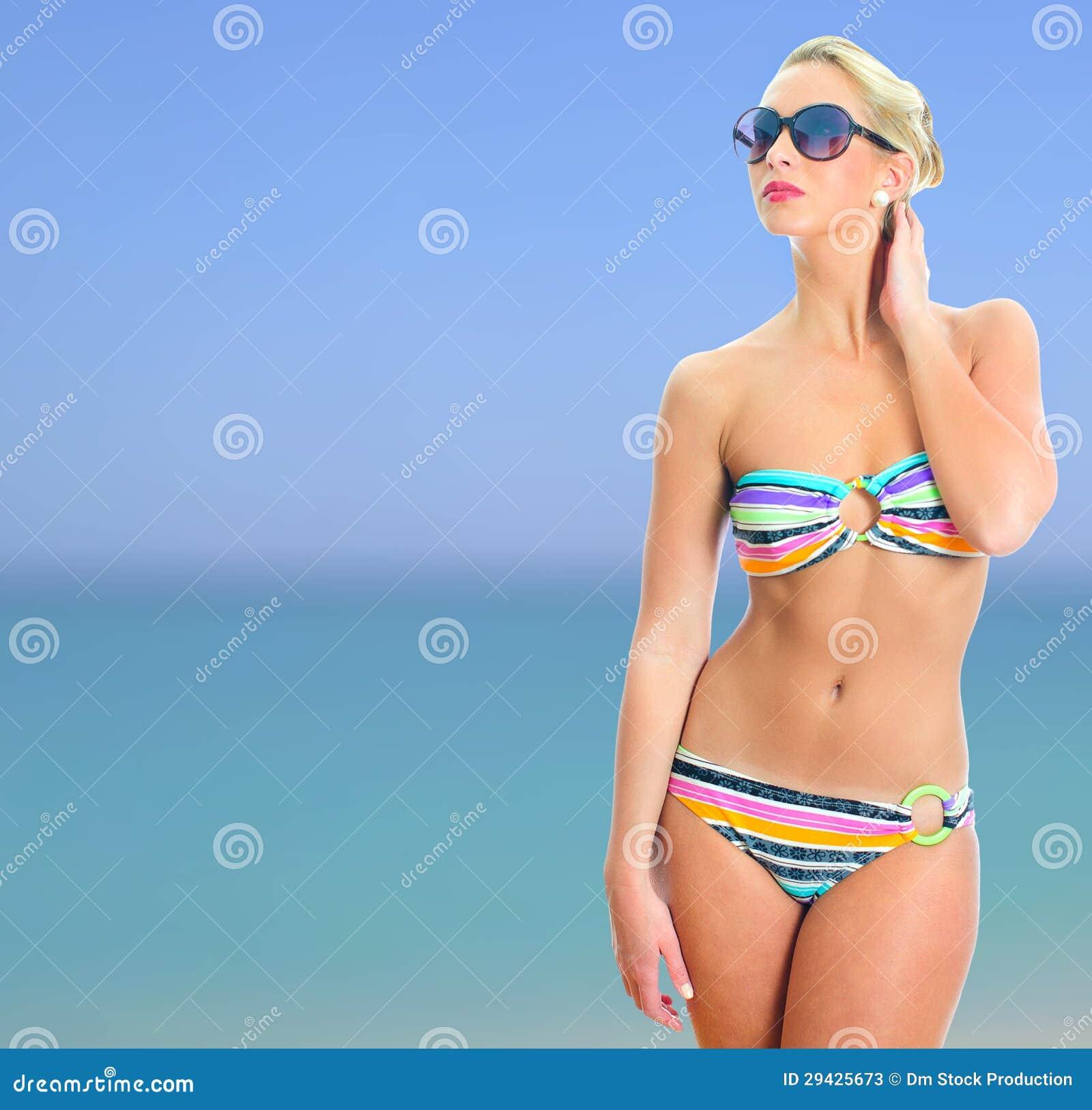 Ragazza Bionda In Bikini A Strisce Immagine Stock - Immagine di ragazza,  oceano: 29425673