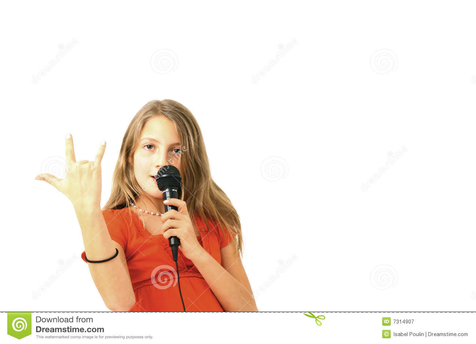 Ragazza bionda che canta