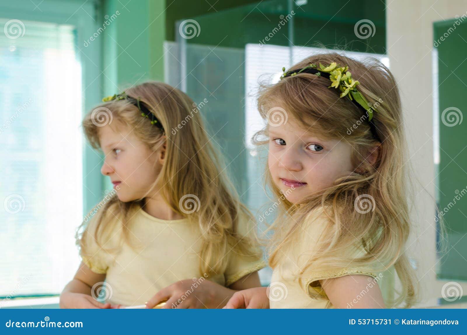 Ragazza bionda davanti allo specchio immagine stock - Ragazza davanti allo specchio ...