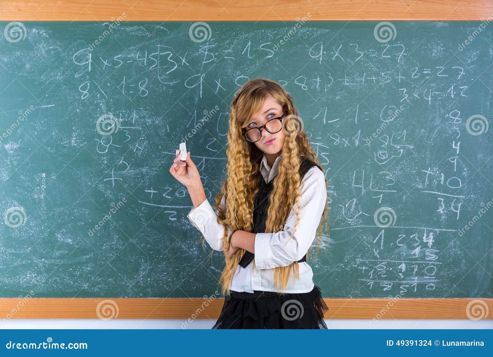 Ragazza bionda dell allievo del nerd nella scolara verde del bordo