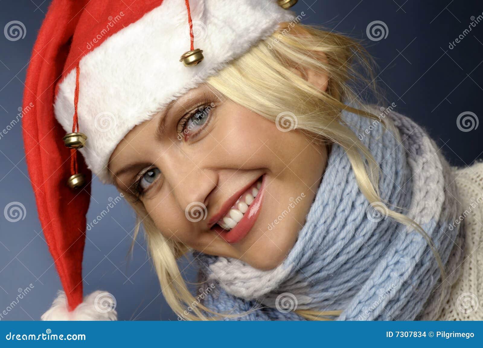 Ragazza bionda dentro e cappello della Santa