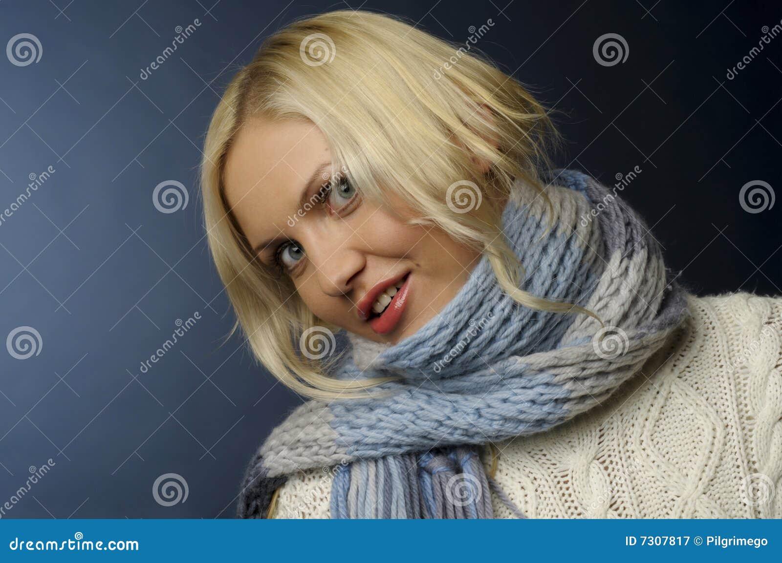 Ragazza bionda in vestiti di inverno