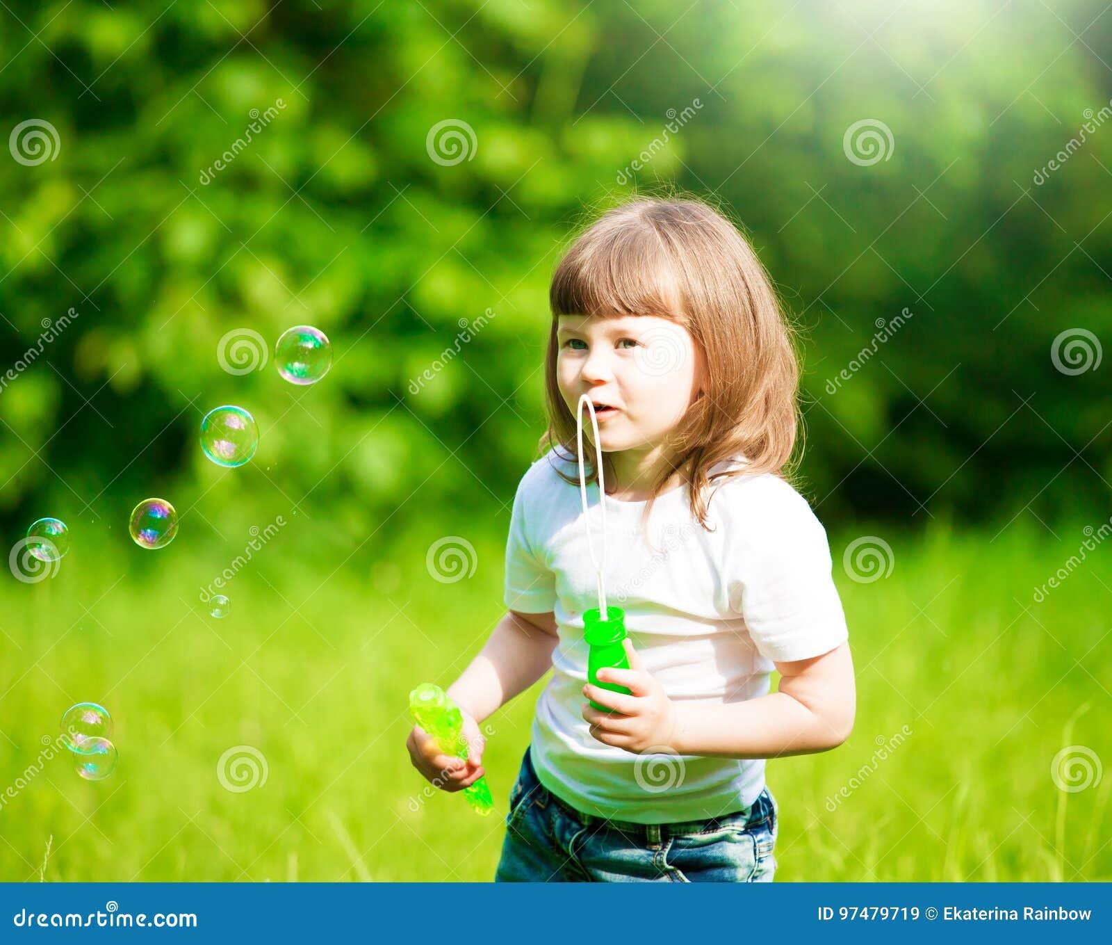 Ragazza, bolle di sapone, divertimento
