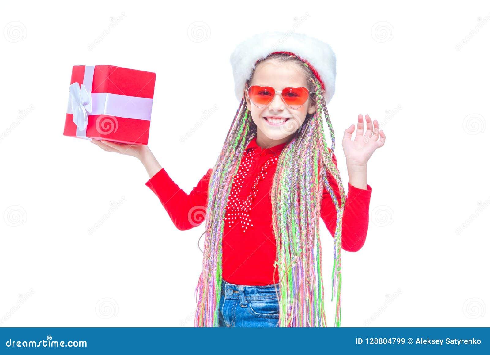 Ragazza in cappello del ` s di Santa Il ritratto di piccola scatola sveglia della tenuta della ragazza di regalo di Natale, picco