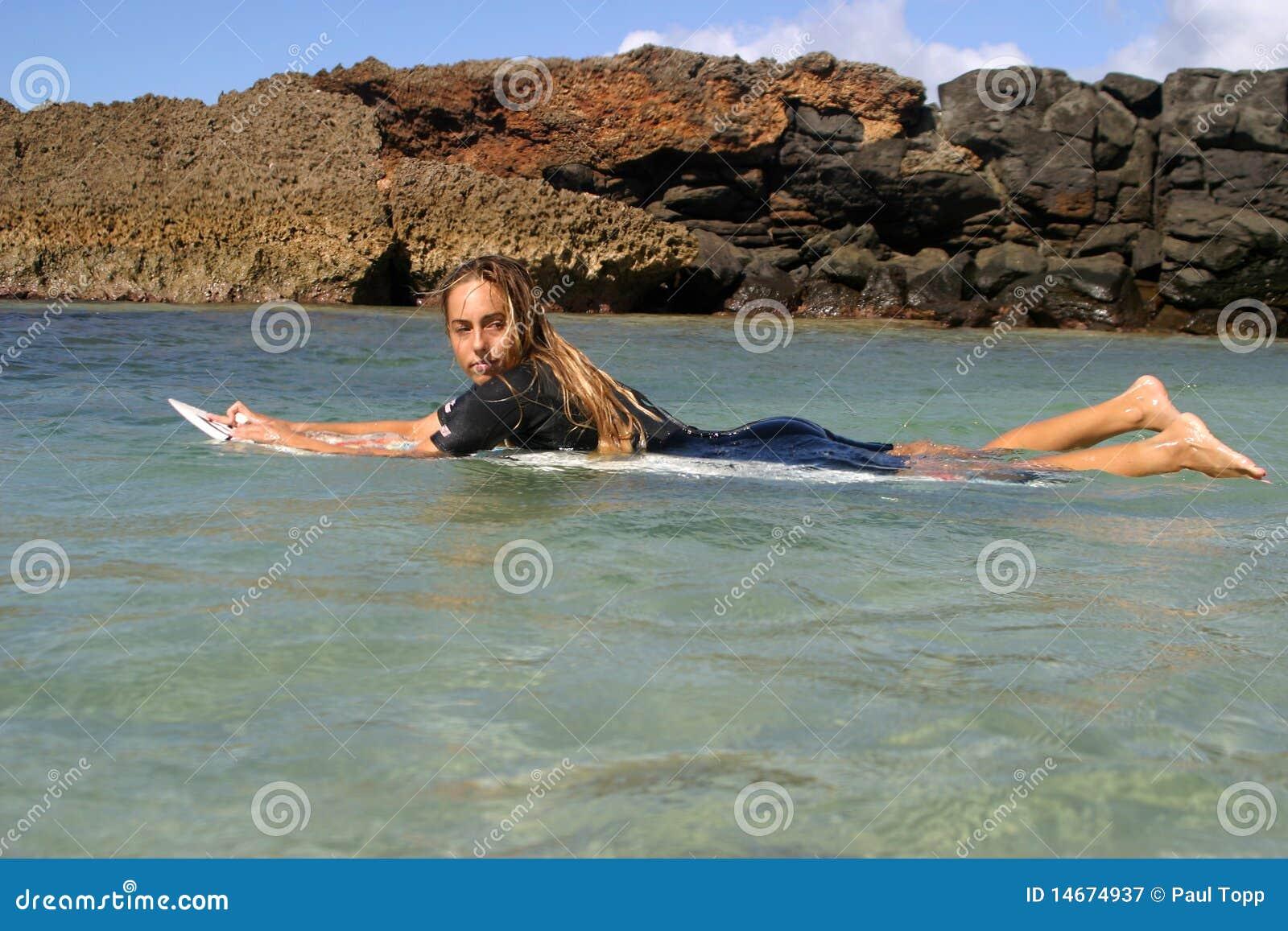 Ragazza Cecilia Enriquez del surfista in Hawai